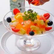 """彩りの美しさに目を見張る『柑橘類のテリーヌ』。""""アルケルメス""""のリキュール をかけて。"""