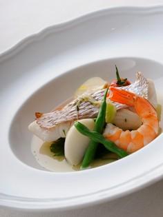 魚介の旨みたっぷりのジャッジョーロ風『天然真鯛のハーブ蒸し』