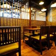 「日本の良さを伝える」をコンセプトにした和モダンなインテリアが印象的です。天井からは大小のランプがたくさん下がっていて、やさしく温かな光が店内を包みます。シックな雰囲気の中で食事を楽しめます。