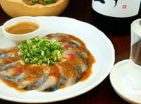 福岡の郷土料理「ゴマサバ」は、新鮮なサバの刺身を醤油ダレとゴマであえ、ネギ・ワサビなどの添えたもの。博多っ子のソウルフードのごまさばを食べんしゃい!