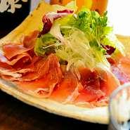 霧島の黒豚でつくられた生ハムを使用したぜいたくなサラダです。シャキシャキ野菜と一緒にどうぞ。