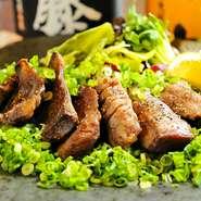 信頼できる目利きが厳選した和牛のタンを、たっぷりのネギとレモン、特製塩だれで味わう逸品です。