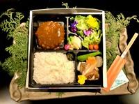 松阪牛を100%使用したハンバーグ弁当。 期間限定で登場です!! 赤ワインの香りをたっぷり含ませた濃厚なデミグラスソースと、松阪牛を100%使用したふわふわのハンバーグ、是非ご賞味下さい!