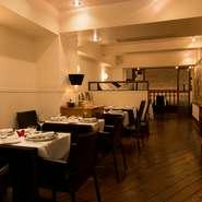 フランス料理店では珍しく、メインカラーは黒。落ち着いた装いのインテリアに、木材の床板が温かみをプラス。シックでありながら居心地の良い空間を演出しています。