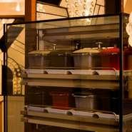 料理の要となるテリーヌ型がずらり。この小さな型のなかに、店のこだわりがギュッと凝縮されています。