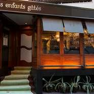 パリにあるカフェを思わせる店構え。星付きフレンチでありながら、気軽に利用できる雰囲気です。