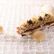コースのデザートもこだわりの品。写真はコーヒーシャーベットとチョコムースを添えたモンブラン。