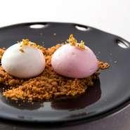 食後に登場するミニャルディーズは、メレンゲを使った焼菓子。白はレモン、ピンクはカシスの風味。