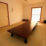和食一筋の店主だけに、料理はコースが基本です。構成する料理の一つ一つは出汁から全て手づくり。朝から仕込みにかかり、4人の板前さんが精魂こめて至極の料理を作り上げます。手間暇かけた本物の味を堪能。