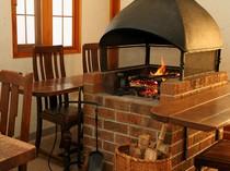 店内には暖炉も。周りを取り囲む、カジュアルなテーブル席
