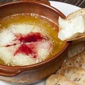 カマンベールチーズの陶板焼き(バケット添え)