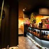 入り口を入ると、ライトアップされた日本全国の地酒が勢揃い