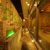 <予約必須>1、2階のお部屋の水庭は夜ライトアップされます。