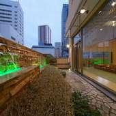 すべての客室が水庭に面した街中の和のリゾートの趣き