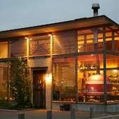 開放的な空間と薪窯が見える、オシャレなイタリア食堂