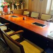 仕切りのグリーンが爽やかなテーブル席の半個室もございます!