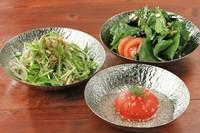 ※写真はトマトサラダ・じゃこの塩サラダ・ほうれん草サラダです。