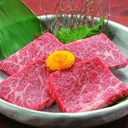 肉それぞれの絶妙な熟成加減を見極め、一番の食べごろを提供してくれます。これぞ焼肉店の真骨頂! ※写真はイメージです。