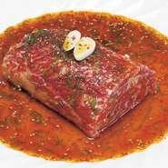 タレに漬け込んだ韓国式のカルビ。大ぶりの肉を焼きハサミで切っていただく大人気の逸品です。※写真はイメージです。