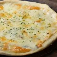 濃厚なゴルゴンゾーラをたっぷり使用したピザです。アンチョビの塩気とあわさり食が進みます。