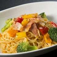 「からから味噌」は味噌に豆板醤やコチュジャンを入れて完成した新感覚のパスタソースです。三重県産のベーコン、パプリカ、ブロッコリーが具のメインですが、四季折々の「旬」の野菜が入ることもあります。