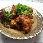 時間をかけて煮込んだオリジナルのバルサミコとお肉の相性が抜群の一品。 野菜と一緒にお召し上がりください。
