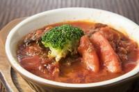 時間をかけてじっくり煮込んだ当店自慢のトマトソース♪ トマトの程よい酸味と牛スジ肉の相性抜群の一品です。