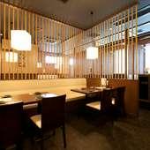 和と洋のテイストが心地よく調和した、落ち着いた雰囲気の店内