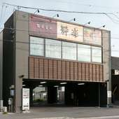 黒と木目がシックなエントランス。岡崎駅より徒歩3分のアクセス