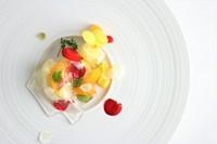 高知県産の金柑と文旦を、シロップでマリネし、白ワインのゼリーで包んだラビオリ仕立てのデザート。  金柑のイメージが一変するほど、糖度が高く、果皮もやわらかな山北金柑を使用。