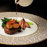 国産牛フィレ肉とフォアグラのロッシーニ風。  牛フィレ肉とフォアグラ、トリュフを贅沢に組み合わせたお料理。  まさにオーケストラのような一皿です。