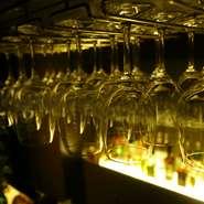 オーナーこだわりのワインを常備100種類以上揃えており、ワインセラーから好みのワインを選ぶこともできます。イタリアやチリ、フランスなどの厳選されたワインをより一層堪能できます。