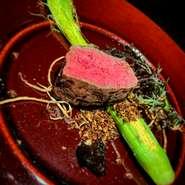 熊本県産のあか牛の腕の部分の肉を使用した肉の旨味が存分に楽しめる一品。お肉を楽し無だけではなく、ワインとの相性もいいのでじっくりワインを楽しみたい人にもおすすめです。 100g~ 50g単位にてお選び頂きます。
