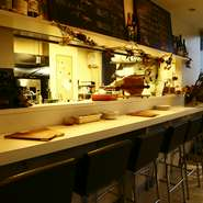 カウンター席はシェフの技を見ながら食事ができる特等席。活気あふれる様子を楽しみながら食事ができます。