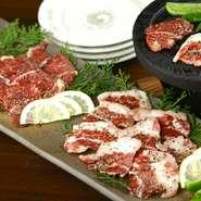 美味しいものが揃う熊本の中でもイチオシの名物は「馬肉」です。提供される部位は多種多彩。『馬刺し』『溶岩焼き』などなど、料理人の手によってアレンジされた逸品をたっぷりと味わえます。