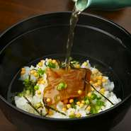 提供されるほとんどの魚介類が、熊本県は天草で水揚げされたもの。良質な素材をシンプルに調理し、美味しい料理に仕上げている店主は、鮮度をもっとも大切にしています。