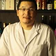 """熊本の美味しいものを食べに地元の人が足を運ぶお店。店主の温かな人柄に惹かれて通う人も多くいます。そんなお店の雰囲気をスパイスに、笑顔と心地よいざわめきに満たされる店内で、九州の""""旨いもん""""を満喫!"""