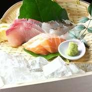 天草で獲れたものを中心に、その日仕入れたばかりのおすすめ旬魚を盛り合わせた贅沢な一皿です。