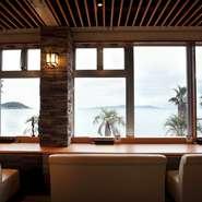 眼下に広がる玄界灘。広々とした海を見ながら、新鮮で活きのいい魚介をいただく、贅沢な時間が味わえます。宴会場すべて、海が見渡せるつくりになっているので、開放感も抜群です。