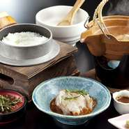アツアツのごはんに鯛をのせて出汁をかけていただく一品。鯛の身の色がサッとかわったら食べごろです。