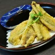 グルクン(沖縄の県魚・タカサゴ)の唐揚。ふっくらとした身とサクッとした食感がたまらない美味しさ。