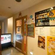 国際通り沿いにある【ライブ&沖縄料理 島唄】。扉の奥には、沖縄の料理と音楽が楽しめる空間があります。