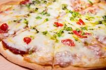 注文後につくられる『ピザ』は、イタリア料理専門店並の味
