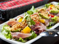 たっぷりの野菜が生ハムの塩気をやわらげ、具に引き立て合うサラダ