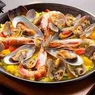 魚介類がふんだんに使われた『ラ・クチーナ特製 パエリア』