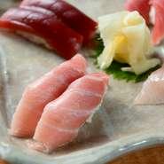 店は三崎漁港の海産物を集めた海の駅「うらり」の隣にあり、観光で訪れたお客さまのランチ場所としても人気。マグロがたっぷり乗った12種類のどんぶりや本格的なにぎり寿司、マグロ料理の食べ比べができます。