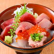 ネタはもちろん寿司酢の味にも気を配っています。まろやかな樽仕込みの酢を店でブレンドし、季節にあわせて甘さや塩気を加減しています。