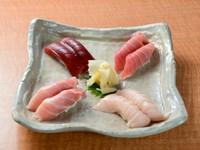 大トロ、中トロ、赤身、ビントロと4種がそろう『まるとく寿司』。部位の違いを目と舌で味わって。