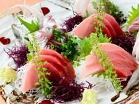 マグロと地魚の『刺身盛合せ』は人数によって内容を選べます。※漁港の状況により地魚が入らないこともあります。