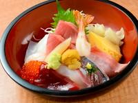 季節感を大切に、地魚をたっぷり乗せたリッチな味『地魚・まぐろ丼』